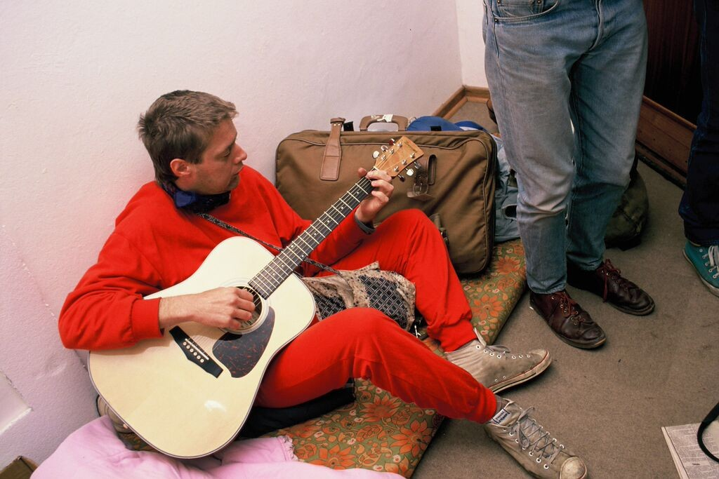 Willem Möller plays guitar.